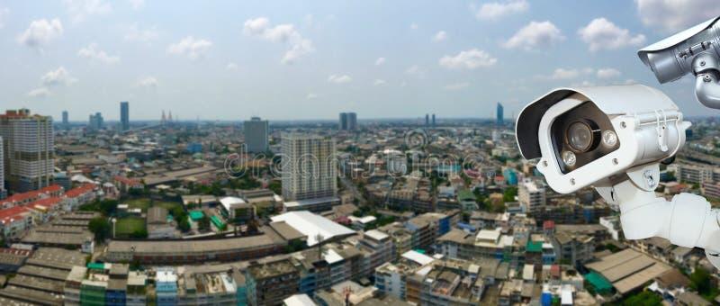 Überwachungskamera mit verwischender Stadt im Hintergrund lizenzfreie stockfotos