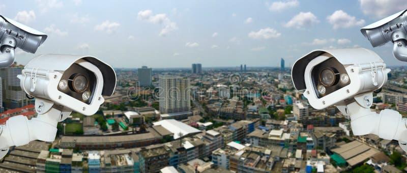 Überwachungskamera mit verwischender Stadt im Hintergrund lizenzfreies stockbild