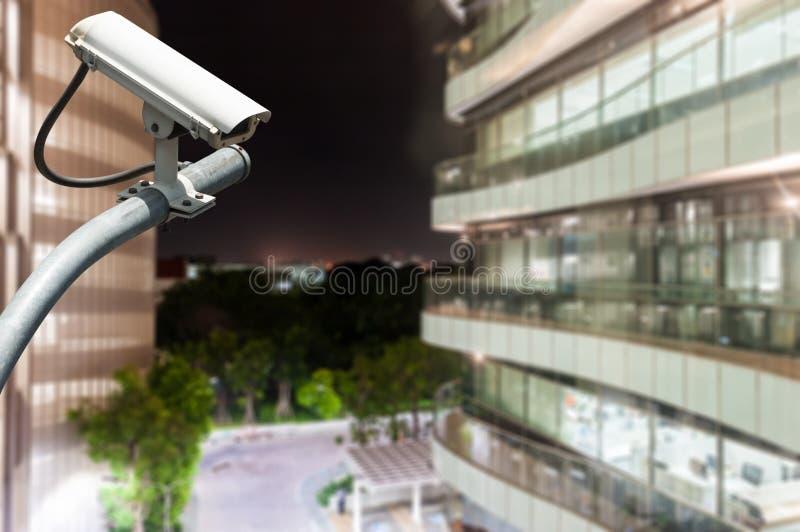Überwachungskamera oder Überwachung, die mit Glasgebäude in BAC funktionieren lizenzfreies stockbild