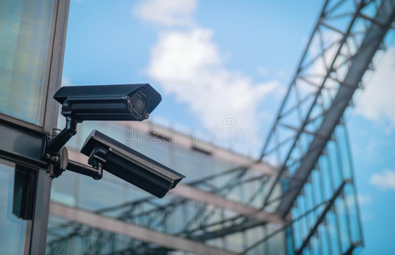 Überwachungskameras auf der Seite eines modernen Gebäudes stockbild