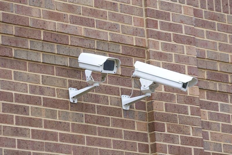Überwachungskameras auf Ziegelstein lizenzfreie stockfotografie