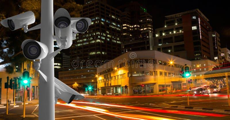 Überwachungskameras gegen helle Spuren in der Stadt nachts stockbilder
