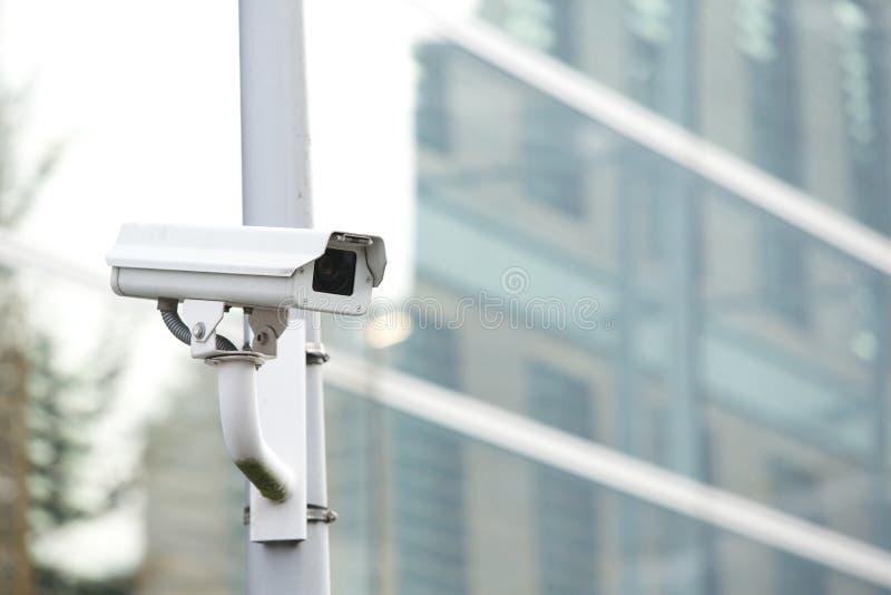 Überwachungskamerasystem, das Geschäftsgebäude schützt lizenzfreies stockfoto