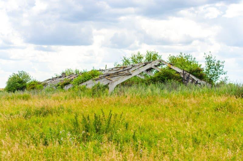 Überwucherte landwirtschaftliche Ruinen lizenzfreie stockfotos