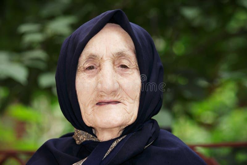 Überzeugte ältere Frau stockbild