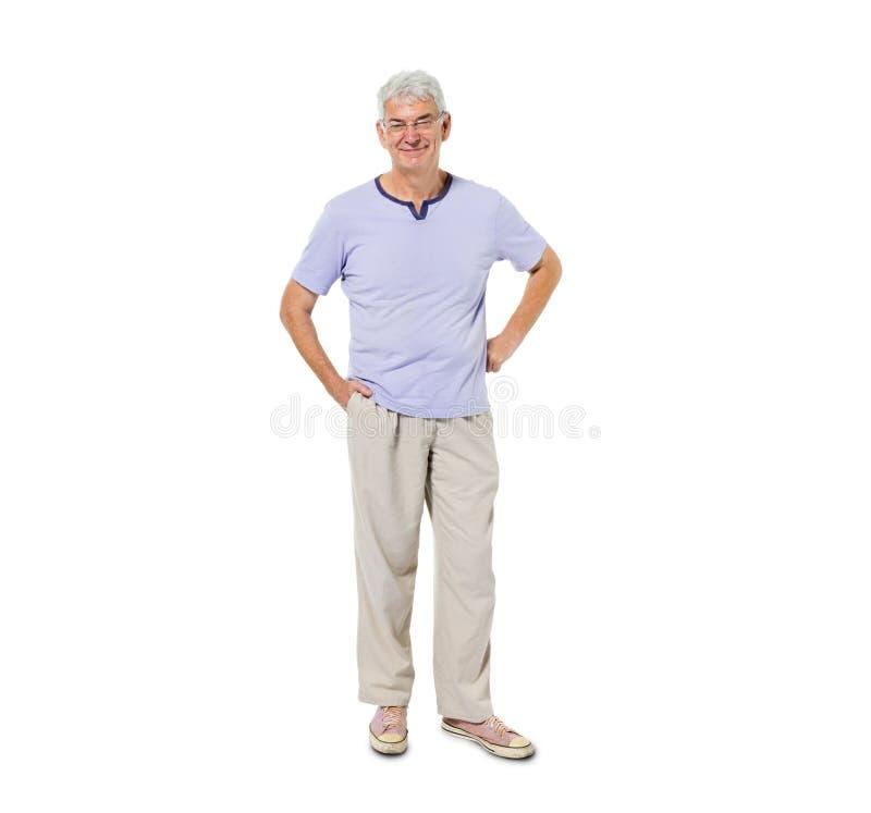 Überzeugte älterer Mann-Stellung und Lächeln stockbild