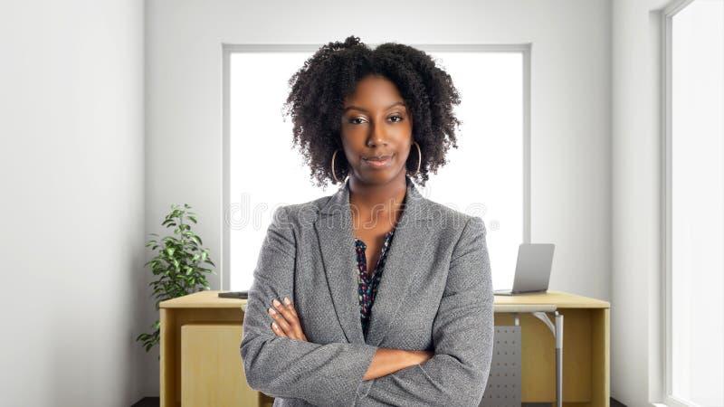 Überzeugte Afroamerikaner-Geschäftsfrau In ein Büro lizenzfreie stockbilder