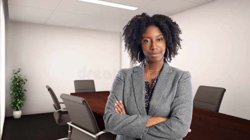 Überzeugte Afroamerikaner-Geschäftsfrau In ein Büro stockfoto