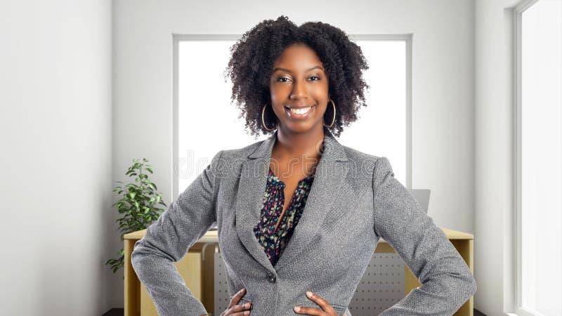 Überzeugte Afroamerikaner-Geschäftsfrau In ein Büro stockfotos