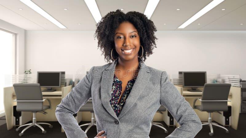 Überzeugte Afroamerikaner-Geschäftsfrau In ein Büro lizenzfreies stockfoto
