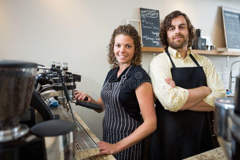Überzeugte Arbeitskräfte am Zähler in Coffeeshop stockfoto