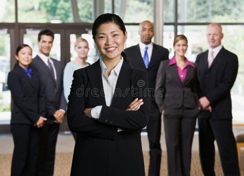 Überzeugte asiatische Geschäftsfrauaufstellung stockfotografie