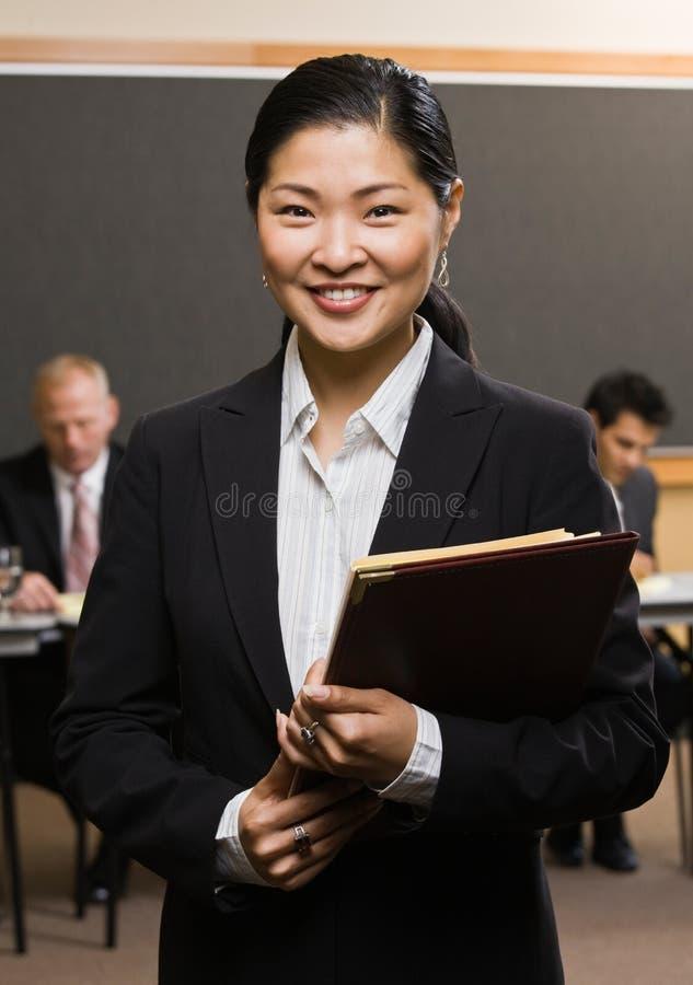 Überzeugte asiatische Geschäftsmannholdingdateien stockfotos