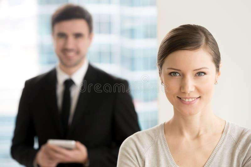 Überzeugte Berufsgeschäftsdame, die für Kamera, marketi lächelt stockbild