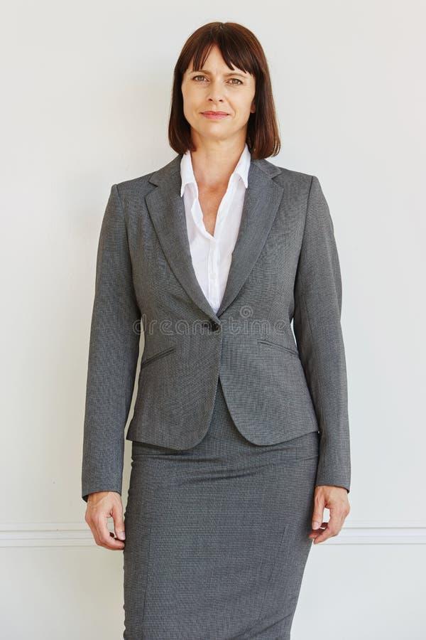 Überzeugte erfolgreiche Geschäftsfrau lizenzfreie stockfotografie