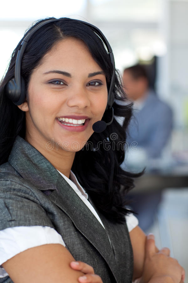 Überzeugte ethnische Geschäftsfrau in einem Kundenkontaktcenter lizenzfreies stockbild
