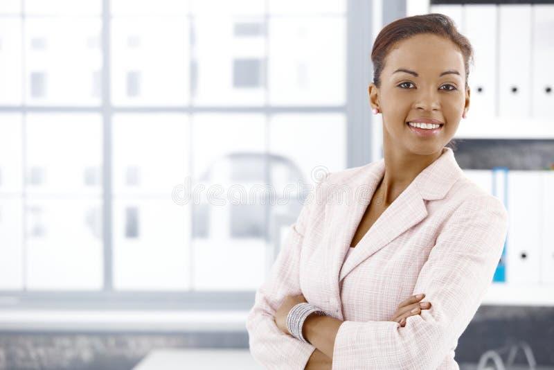 Überzeugte ethnische Geschäftsfrau im Büro lizenzfreie stockfotografie