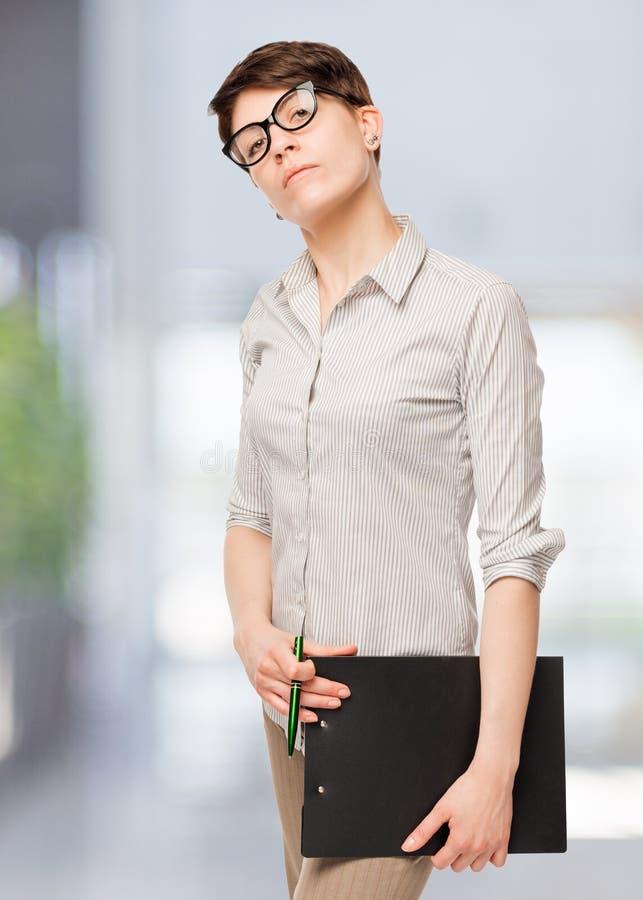 Überzeugte Frau in den Gläsern lizenzfreie stockbilder