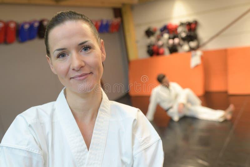 Überzeugte Frau in der Turnhalle bei der Kampfkunstausbildung stockfoto