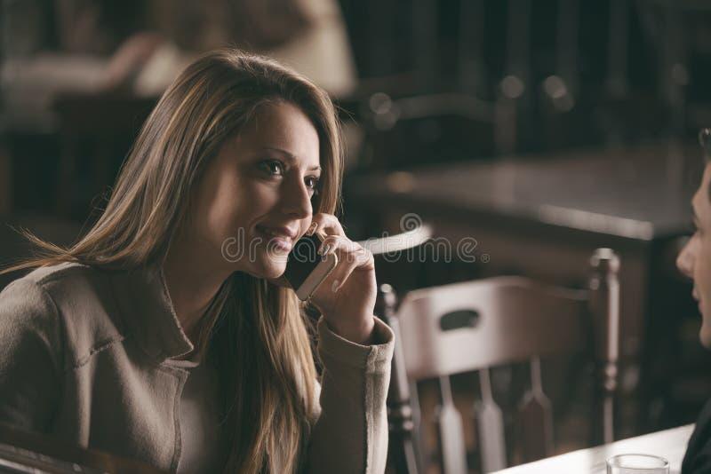 Überzeugte Frau, die einen Telefonanruf hat lizenzfreies stockbild