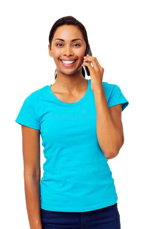 Überzeugte Frau, die intelligentes Telefon beantwortet stockfotos