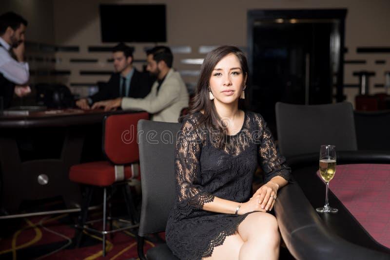 Überzeugte Frau in einer Pokertabelle lizenzfreie stockbilder