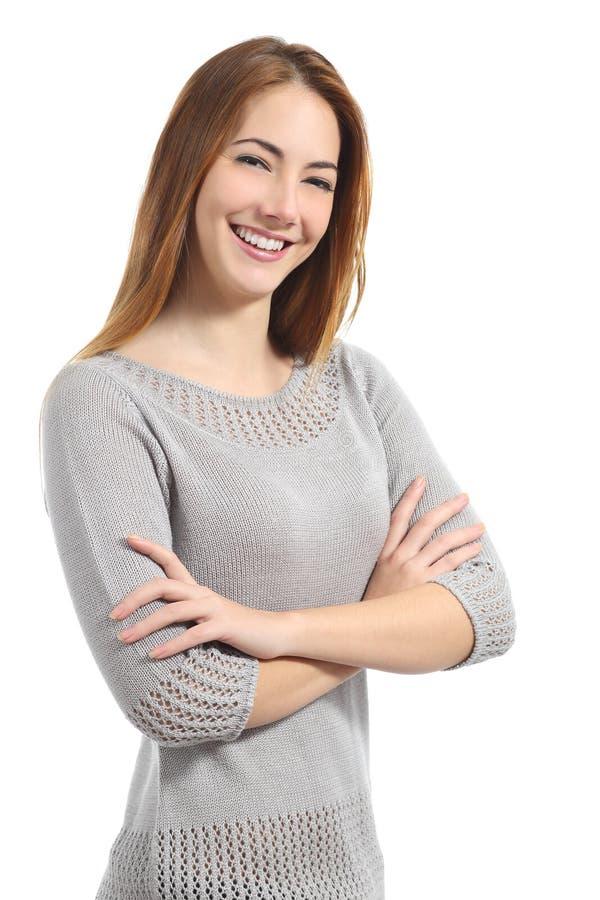 Überzeugte Frau mit dem weißen Lächeln, das mit den gefalteten Armen steht stockbild