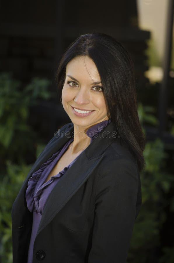 Überzeugte freundliche Geschäftsfrau stockfotos