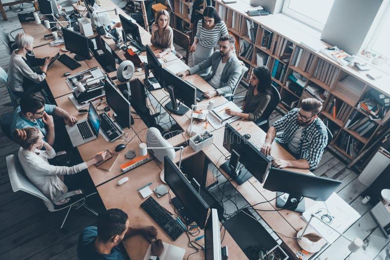 Überzeugte Geschäftsexperten eine Arbeit lizenzfreie stockfotos
