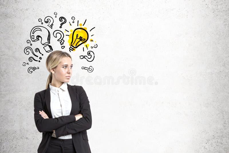 Überzeugte Geschäftsfrau, Birne und Fragen stockbilder