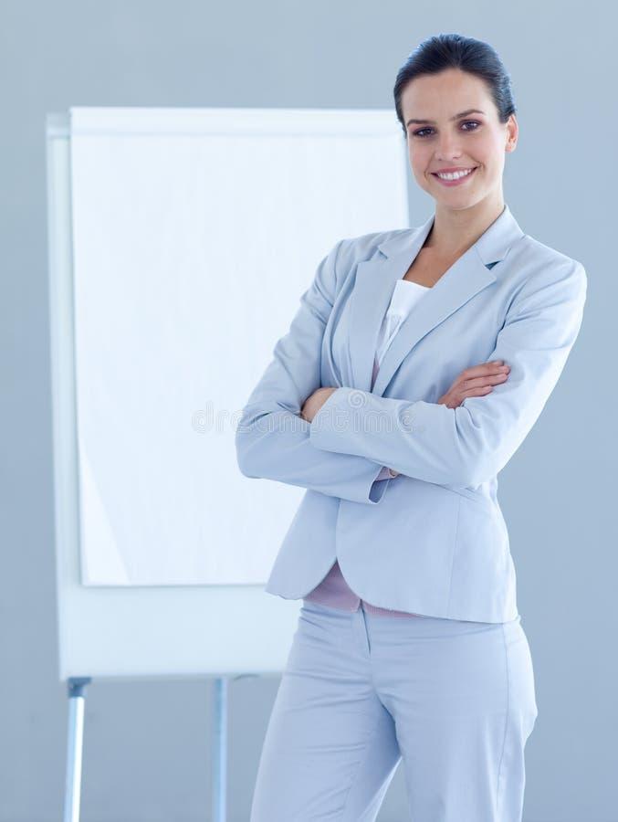 Überzeugte Geschäftsfrau, die eine Darstellung gibt stockfotografie