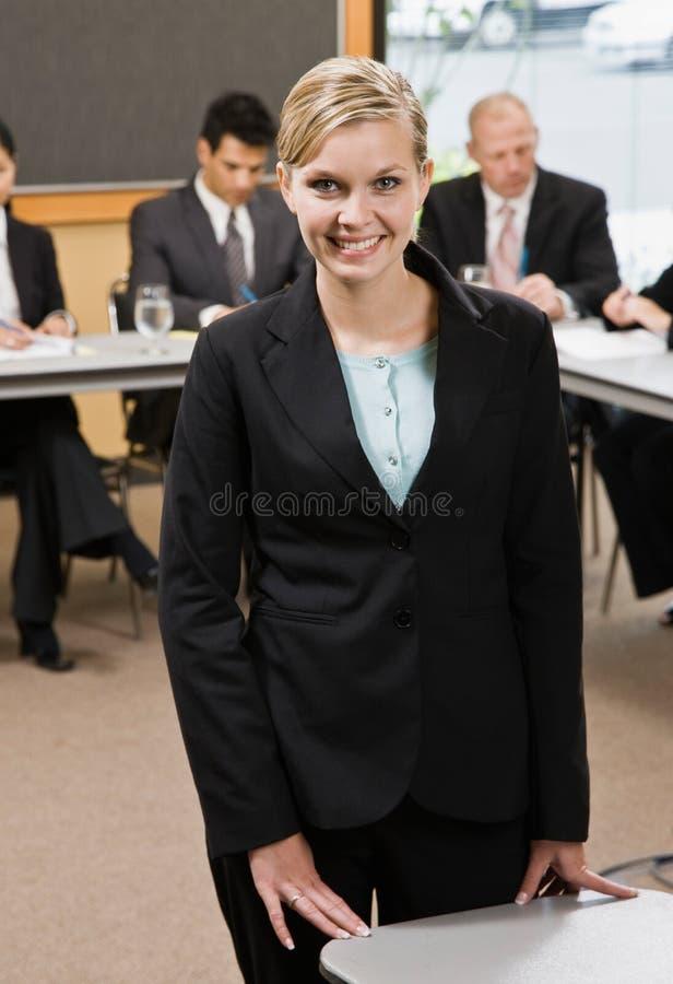 Überzeugte Geschäftsfrau, die für Darstellung sich vorbereitet lizenzfreie stockfotografie