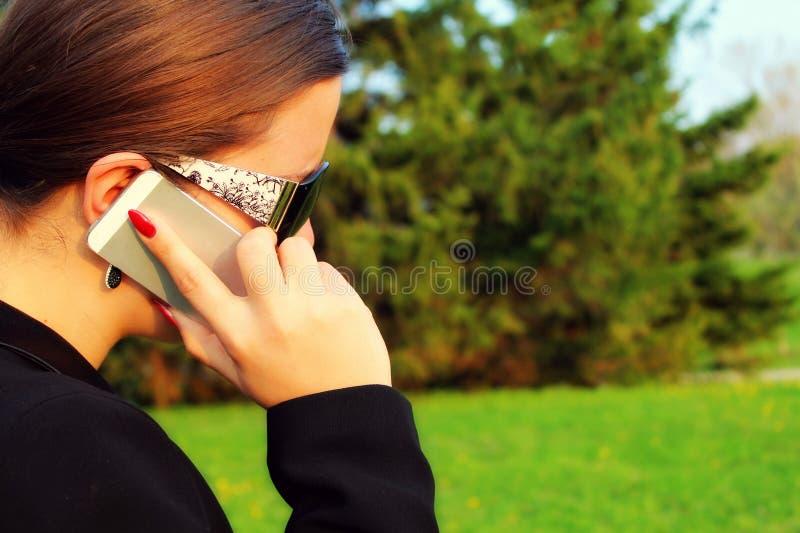 Überzeugte Geschäftsfrau, die Smarttelefon verwendet lizenzfreie stockfotos