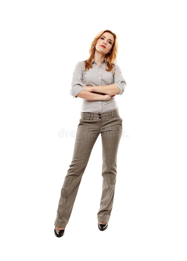 Überzeugte Geschäftsfrau mit den Armen gefaltet lizenzfreie stockfotografie