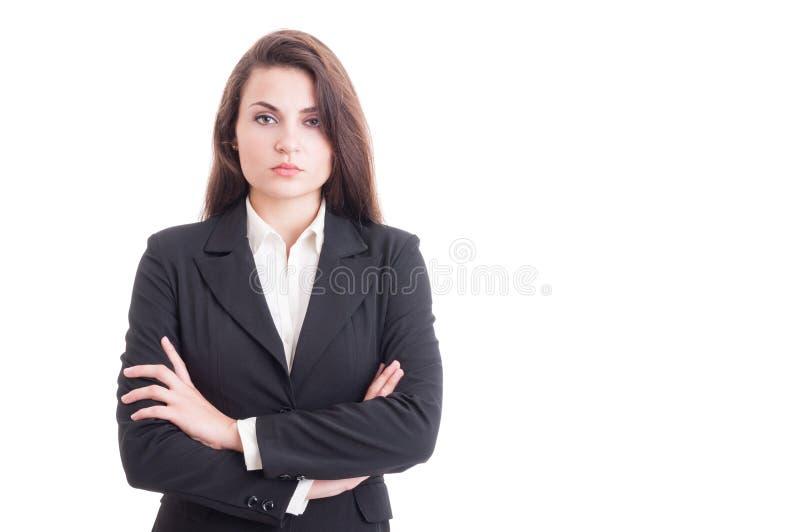 Überzeugte Geschäftsfrau mit den Armen kreuzte auf weißem Kopienraum stockfotografie