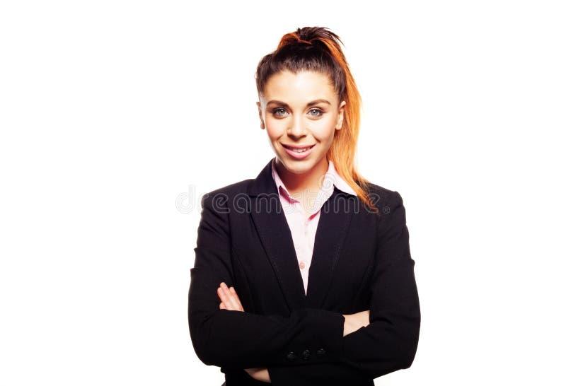Überzeugte Geschäftsfrau mit den gefalteten Armen lizenzfreie stockfotografie