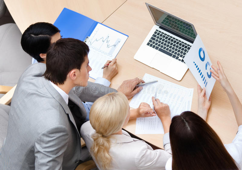 Überzeugte Geschäftsleute bei der Sitzung stockfotografie