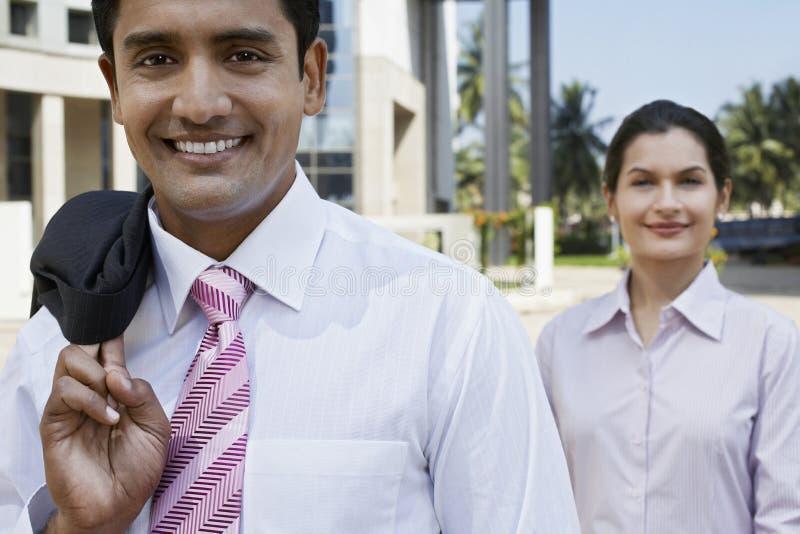 Überzeugte Geschäftsleute, die äußeres Gebäude stehen lizenzfreies stockfoto
