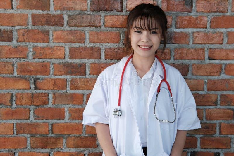 Überzeugte junge Ärztin, die an der Kamera lächelt Porträt von M lizenzfreies stockfoto