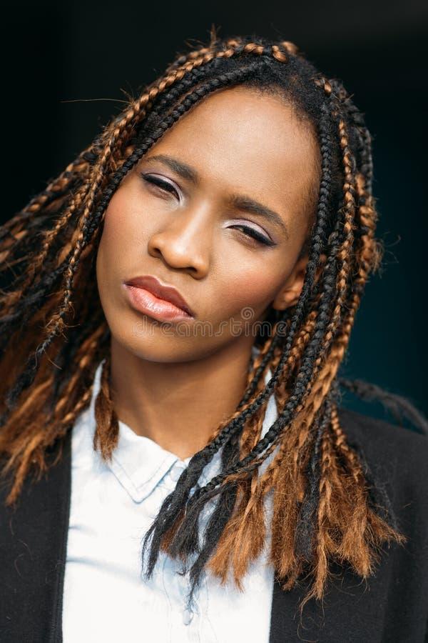 Überzeugte junge Afroamerikanerfrau stockbilder