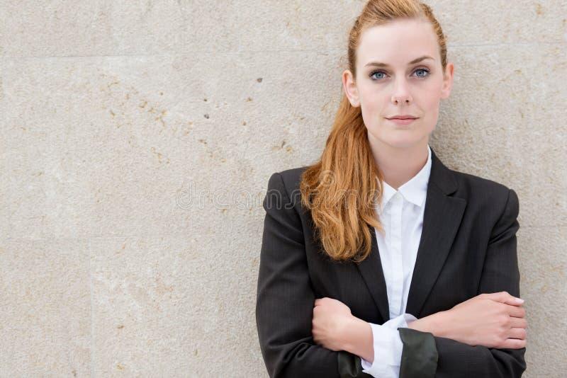 Überzeugte junge Geschäftsfrau lizenzfreie stockfotos