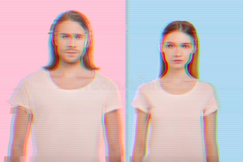 Überzeugte junge Paare, die ähnliche Kleidung und Stellung gegen den bunten Hintergrund tragen lizenzfreies stockfoto