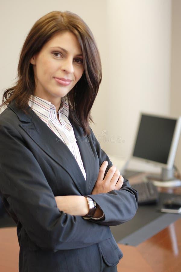 Überzeugte lächelnde Geschäftsfrau lizenzfreie stockfotografie