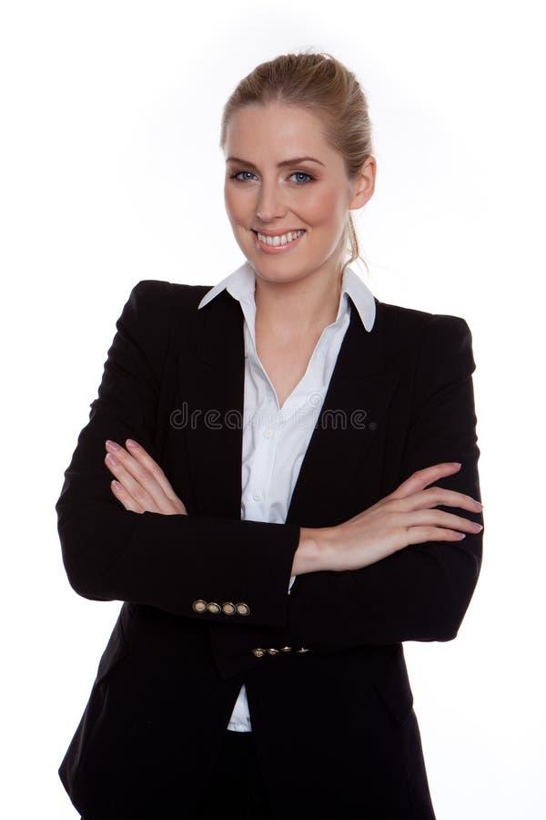 Überzeugte lächelnde Geschäftsfrau-Arme gekreuzt stockfotografie