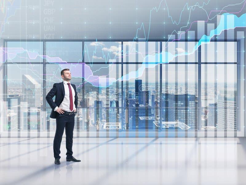 Überzeugte Person in voller Länge im Gesellschaftsanzug Ein modernes panoramisches Büro mit New- York Cityansicht und Devisendiag stockbilder