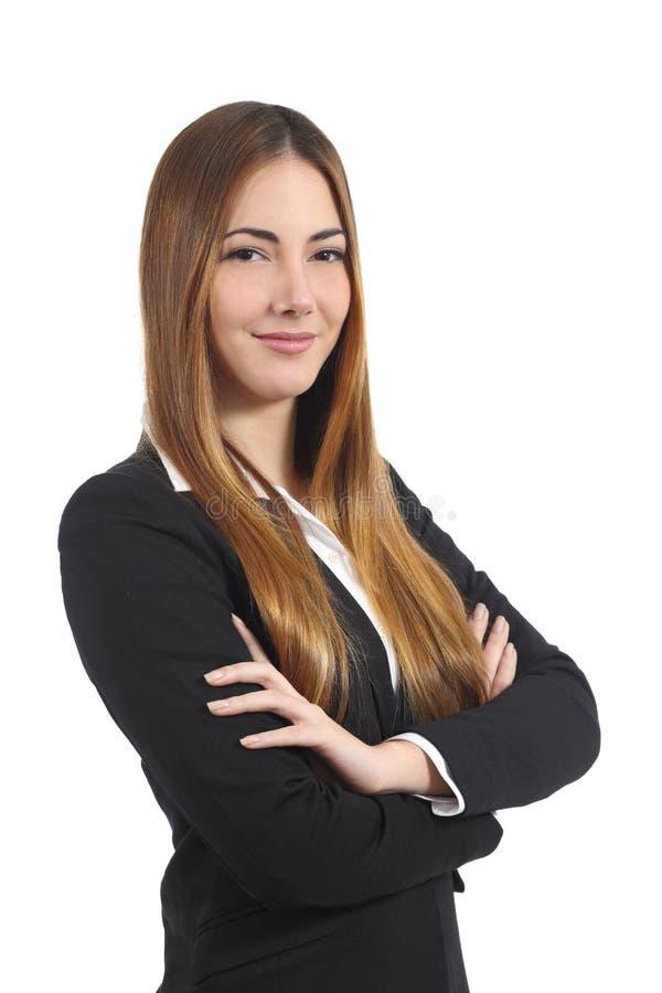 Überzeugte schöne Geschäftsfrau, die mit den gefalteten Armen aufwirft stockfotografie