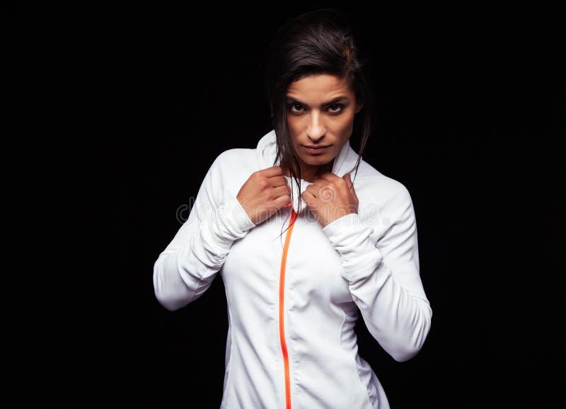 Überzeugte tragende Sportjacke der jungen Frau stockfotos