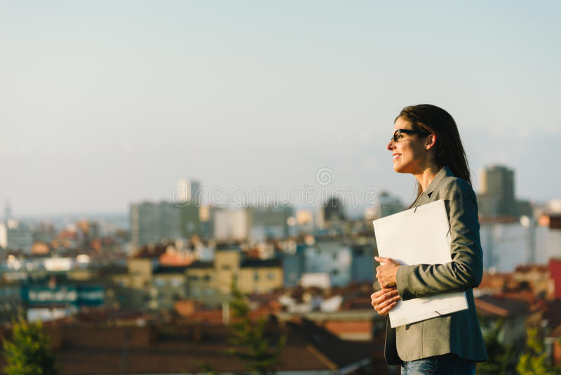 Überzeugte und erfolgreiche StadtGeschäftsfrau stockbild