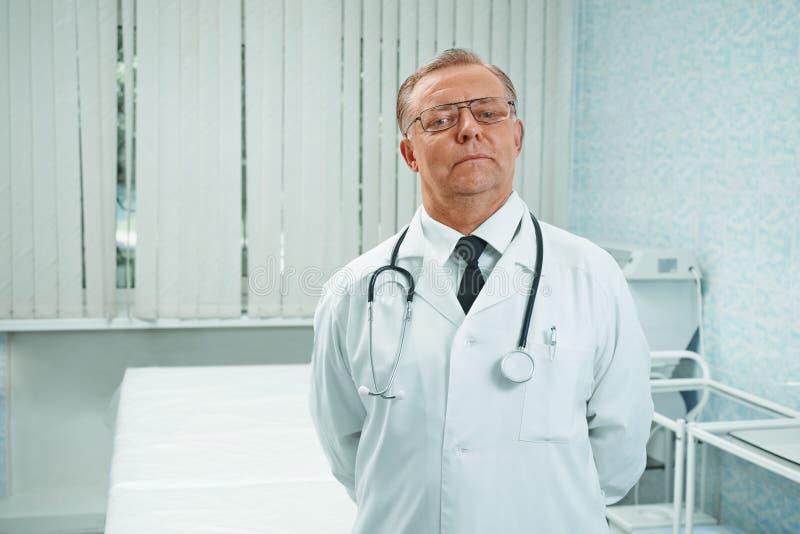 Überzeugter älterer Doktor stockfotos