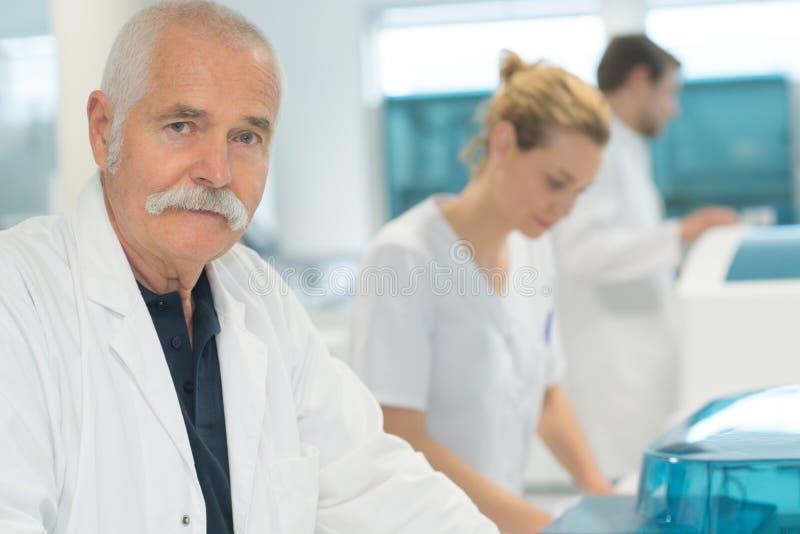 Überzeugter älterer Doktor des Porträts stockbilder